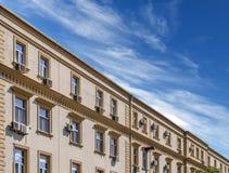 Baustein und blauer Himmel Stockfoto
