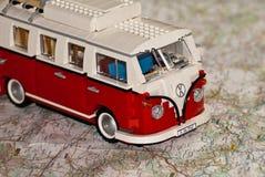 Baustein-Wohnwagen auf einer Karte Lizenzfreie Stockbilder