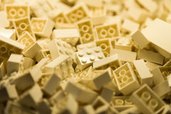Bausteine mit Fokus und Höhepunkt auf einem vorgewählten Block mit verfügbarem Licht Stockbild