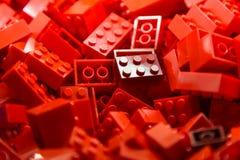 Bausteine mit Fokus und Höhepunkt auf einem vorgewählten Block mit verfügbarem Licht Lizenzfreie Stockbilder