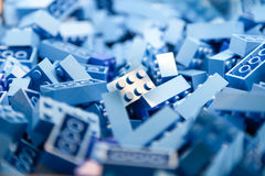 Bausteine mit Fokus und Höhepunkt auf einem vorgewählten Block mit verfügbarem Licht Lizenzfreies Stockfoto