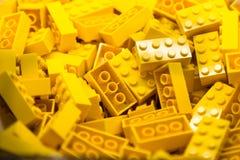 Bausteine mit Fokus und Höhepunkt auf einem vorgewählten Block mit verfügbarem Licht Lizenzfreies Stockbild