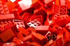Bausteine mit Fokus und Höhepunkt auf einem vorgewählten Block mit verfügbarem Licht Lizenzfreie Stockfotos