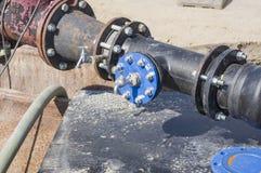 Baustelle auf einer Wasserleitung als Zuleitung für Baubereich stockfotografie