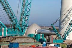 Baustelle für das Errichten von neuen Windkraftanlagen Der Propeller ist bereit installiert zu sein Lizenzfreie Stockfotografie