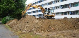 Baustelle für das Legen von neuen Kanälen und von Rohren im fron Stockfotos