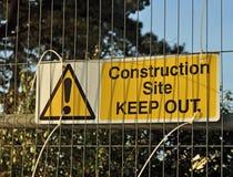 Baustelle halten Zeichen auf Metallzaun ab Lizenzfreie Stockbilder