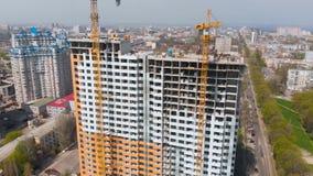 Baustelle mit einem Vogel ` s Auge in einer Millionenstadt Gebäude in der Stadt Großer Kran stock footage