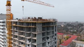 Baustelle mit einem Vogel ` s Auge in einer Millionenstadt Gebäude in der Stadt Großer Kran stock video footage