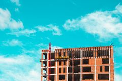 Baustelle mit Erbauern, die errichtend stehen lizenzfreies stockfoto