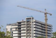 Baustelle mit Kränen auf Himmelhintergrund Lizenzfreie Stockfotos