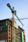 Baustelle mit Kränen auf Himmelhintergrund Stockfotos