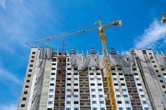 Baustelle mit Kränen auf Himmelhintergrund stockfoto