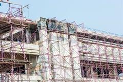 Baustelle mit Kränen auf Hintergrund des blauen Himmels Stockbilder