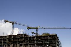 Baustelle mit Kränen auf Hintergrund des blauen Himmels Stockfoto