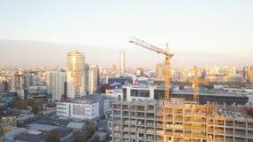 Baustelle mit Kränen bildschirm Bauarbeiter sind im Bau Schattenbild des kauernden Geschäftsmannes Draufsicht der Baustelle Stockbilder