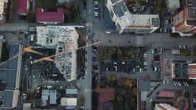 Baustelle mit Kränen bildschirm Bauarbeiter sind im Bau Schattenbild des kauernden Geschäftsmannes Draufsicht der Baustelle Lizenzfreie Stockbilder