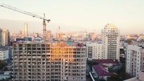 Baustelle mit Kränen bildschirm Bauarbeiter sind im Bau Schattenbild des kauernden Geschäftsmannes Draufsicht der Baustelle Lizenzfreies Stockfoto