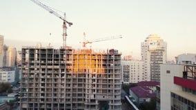 Baustelle mit Kränen bildschirm Bauarbeiter sind im Bau Schattenbild des kauernden Geschäftsmannes Draufsicht der Baustelle Lizenzfreie Stockfotografie