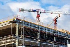 Baustelle mit Kran und Gebäude gegen blauen Himmel Stockfoto