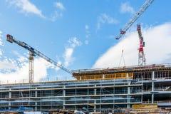 Baustelle mit Kran und Gebäude gegen blauen Himmel Stockbild