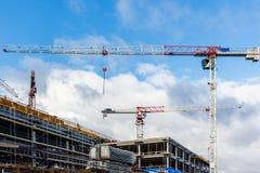 Baustelle mit Kran und Gebäude gegen blauen Himmel Stockbilder
