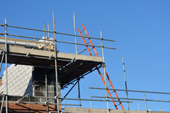Baustelle mit Leiter Stockfotos