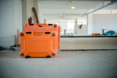 Baustelle-Orange bearbeitet Kasten-Nahaufnahme Büro, das Thema umgestaltet lizenzfreie stockbilder
