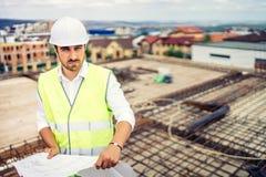 Baustelle, Porträt Mann tragenden Hardhat und Schutzausrüstung auf Baustelle stockfotografie