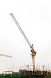 Baustelle-Turmkrane gegen weißen Himmel. stockbilder