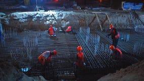 Baustelle von Shulyavskiy-Brücke in Kiew, Ukraine Arbeitskräfte konstruieren nachts in geführten Lichtern stock video