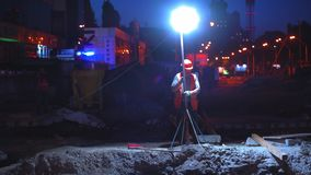 Baustelle von Shulyavskiy-Brücke in Kiew, Ukraine Arbeitskräfte konstruieren nachts in geführten Lichtern stock footage