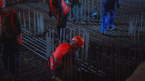 Baustelle von Shulyavskiy-Brücke in Kiew, Ukraine Arbeitskräfte konstruieren nachts in geführten Lichtern stock video footage