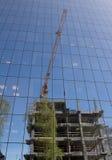 Baustelle widergespiegelt in der Glasfassade lizenzfreie stockfotos
