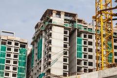 Baustelleansicht des Kranes, des Aufzugs, des Metallstrahls, des Ziegelsteines, der Metallleiter und des Betons Lizenzfreie Stockbilder