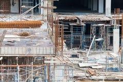 Baustelleansicht des Kranes, des Aufzugs, des Metallstrahls, des Ziegelsteines, der Metallleiter und des Betons Lizenzfreie Stockfotos