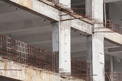 Baustelleansicht des Kranes, des Aufzugs, des Metallstrahls, des Ziegelsteines, der Metallleiter und des Betons Lizenzfreie Stockfotografie