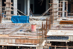 Baustelleansicht des Kranes, des Aufzugs, des Metallstrahls, des Ziegelsteines, der Metallleiter und des Betons Stockbilder