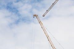 Baustelleansicht des Kranes, des Aufzugs, des Metallstrahls, des Ziegelsteines, der Metallleiter und des Betons Lizenzfreies Stockbild