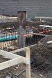 Baustelleansicht mit Abfluss und Abwasserleitungen und Stahlrebar als Teil der Grundlage Stockbilder