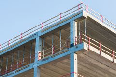 Baustellehintergrund mit grauem Gebäude und klarem Himmel 2 Lizenzfreies Stockbild