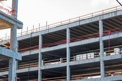 Baustellehintergrund mit grauem Gebäude und klarem Himmel Lizenzfreies Stockbild