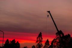 Baustelleschattenbild auf Sonnenunterganghintergrund stockfoto