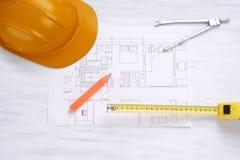 Bausturzhelm, Hausplan und Werkzeuge Stockbild