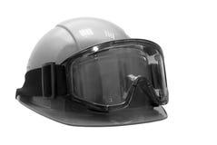Bausturzhelm mit Schutzbrillen ein Stockfoto