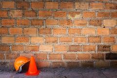 Bausturzhelmsicherheit und -kegel Stockbilder