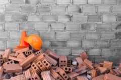 Bausturzhelmsicherheit und -kegel Lizenzfreies Stockfoto