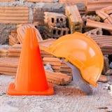 Bausturzhelmsicherheit und -kegel in der Baustelle Stockfoto