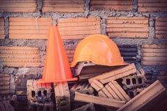Bausturzhelmsicherheit und -kegel in der Baustelle Stockbild