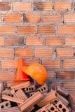 Bausturzhelmsicherheit und -kegel in der Baustelle Stockfotos